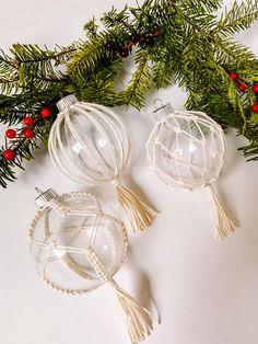 Diy Christmas Ornaments, Christmas Deco, Christmas Balls, Holiday Crafts, Diy Christmas Presents, Christmas Wreaths, Holiday Decor, Macrame Design, Macrame Projects