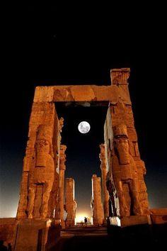 Luna llena sobre las ruinas de Grecia