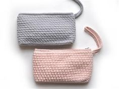 To sider af samme sag - clutch Crochet Wallet, Crochet Clutch, Crochet Purses, Crochet Purse Patterns, Loom Knitting, Diy Crochet, Small Bags, Crocheting, Diy And Crafts