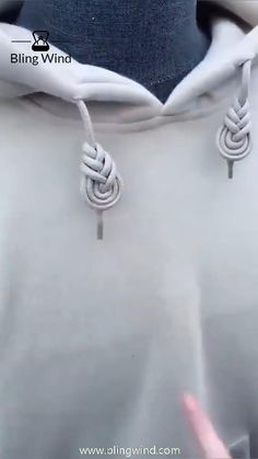 Try this braiding pattern for your hoodie's drawstring, if it is too long. Diy Clothes And Shoes, Diy Clothes Videos, Clothes Crafts, Ways To Lace Shoes, Diy Fashion Hacks, Everyday Hacks, Thrift Store Crafts, Diy Crafts Hacks, Clothing Hacks
