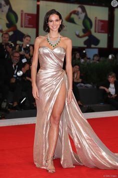 547dbf0411 Bruna Marquezine aposta em vestido com fenda profunda em Veneza. Veja fotos!