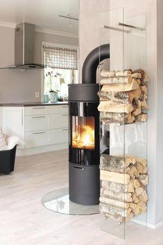 Helmin vedstabler i glass for vegg | Varmefag - spesialister på peiser og ovner. Høyde 180 cm, bredde 25 cm, dybde 30 cm, pris hos varmefag 1498,- )
