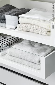 Glazen lades voor netjes opgevouwde truien. Ontdek onze PAX opbergoplossingen in alle afmetingen, kleuren en stijlen. #IKEABE    Glass drawers for nicely folded sweaters.  Discover our PAX storage solutions in all sizes, styles and colors. #IKEABE