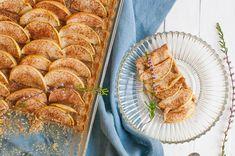 Tällä ohjeella valmistuu hetkessä sokeriton ja gluteeniton omenapiirakka. Piirakka on kuin ihana voikeksi, jonka päällä on omenoita ja kanelia. Bread, Food, Brot, Essen, Baking, Meals, Breads, Buns, Yemek
