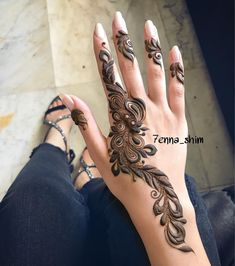 Mehndi design makes hand beautiful and fabulous. Here, you will see awesome and Simple Mehndi Designs For Hands. Modern Henna Designs, Stylish Mehndi Designs, Mehndi Designs For Girls, Beautiful Henna Designs, Latest Mehndi Designs, Khafif Mehndi Design, Mehndi Design Pictures, Mehndi Art Designs, Henna Tattoo Designs