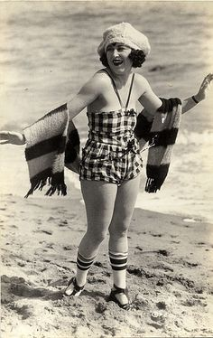 Vintage Fashion Girl in bathing suit 1920s Bathing Suits, Girls Bathing Suits, 20s Fashion, Retro Fashion, Vintage Fashion, Beach Fashion, Vintage Mode, Vintage Ladies, Vintage Beach Photos