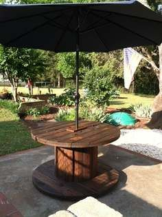 Parasolstandaard, voet en tafel van een kabelhaspel.