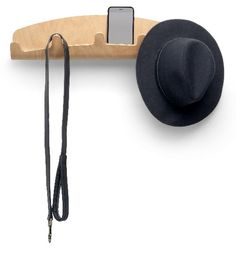 Knaggrekke i integrert design som kombinerer de 5 knaggene til å henge klær og annet med oppbevaring av løse ting.