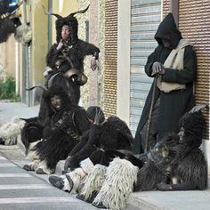 Carnevale  di Aritzo: Mumutzones e s'Urtzu I mammutzones indossano una lunga giacca senza maniche, tipica dei pastori sardi, di pelle scura (di pecora o di capra) e sulla testa una sorta di copricapo in sughero coperto di pelle, con corna di capra o di muflone, o anche un'intera testa di animale. La fuliggine annerisce il viso dei mammutzones, mentre il petto e le spalle sono ricoperte di pesanti campanacci. Nei giorni del Carnevale i mammutzones avanzano saltellanti verso S'Urtzu, la…