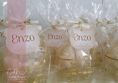 Bercinhos dourados com mini sabonetinhos em formato de urso e tag personalizada. Tudo preparado com muito carinho para a chegada do Enzo.