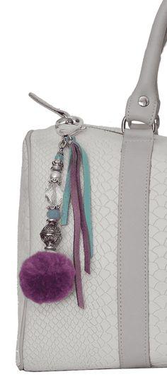Dije con pedrería seleccionada, tientos de gamuza y pompon de vellón. http://shop.pablonibags.com/dijes/dijes-para-carteras/