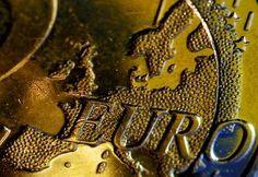 Das größte geldpolitische Experiment in der Geschichte des Euro hat begonnen: Nationale Notenbanken starteten den massenhaften Ankauf von Staatsanleihen und anderen Wertpapieren im Auftrag der Europäischen Zentralbank (EZB) - so auch die Deutsche Bundesbank, wie ein Sprecher in Frankfurt am Main bestätigte. Mindestens bis Ende September 2016 will die EZB jeden Monat 60 Milliarden Euro in die Märkte pumpen, um das Risiko einer Deflation abzuwenden.