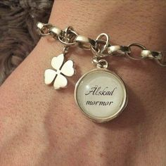 Så här fint passade en liten berlock med lås på min kunds armband  Det här gör en mormor glad!  #bildfrånkund #armband #berlock #älskadmormor #smycken #handgjordasmycken #bildsmycken #namnsmycken #personligasmycken #ljuvligating
