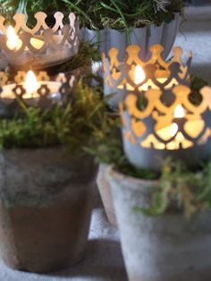 pots, moss, crowns, tea lights - husk at jeg har to 'krone-lysestager' der hjemme Country Christmas, White Christmas, Christmas Time, French Christmas, Nordic Christmas, My French Country Home, Rustic French, Decoration Christmas, Candle Lanterns