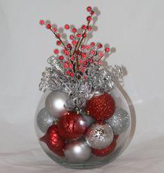 Herzstück - rot und Silber Urlaub - Gastgeberin Geschenk - Dekoration Weihnachten Veranstaltung Herzstück - Corporate Weihnachten Weihnachtsfeier  Möchten Sie ein schönes und einzigartiges Mittelstück für Ihren Weihnachtstisch? Wir bieten einzigartige, handgefertigte Weihnachts-Dekor, um Ihre persönliche Weihnachts-Schema zu ergänzen. Sieht gut aus allen Blickwinkeln.  Das Herzstück ist eine wunderschöne Kombination aus funkelnden Silber- und lebendige rote Ornamente, gekrönt mit einem…