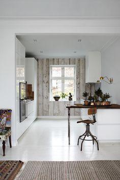 Cuisine blanc laqué - des touches de cuivre qui donnent du chic / mur du fond en lambris lasuré gris (ou papier peint ?)  #white #gloss+paint #copper