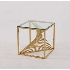 ПОМОЩНА МАСИЧКА 49 СМ/ ЗЛАТО AUXILIARY TABLE 49 CM / GOLD Помощна масичка, част от новата колеция на Laura Benigni, която играе с кухо пространство и плътни повърхности. иновативен дизайн, който се отличава с квадратен плот  с 10 мм закалено прозрачно стъкло и основа, която е едновременно е въздушна и здрава. Този минималистичен и геометричен дизайн е подходящ за различни пространства и настройки. Предлага се в цвят злато и удобен размер.