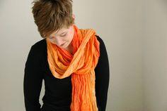 Weichfließender Crinkle-Schal in orange-Tönen.    Dieser edle Schal kann zu vielen Anlässen getragen werden - zum Ausgehen genauso wie als Farbtupfer