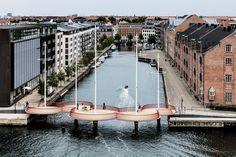 Puente Cirkelbroen, en #Copenhague El proyecto refleja la vida cotidiana que se manifiesta alrededor del canal, sus casas flotantes y veleros, en el barrio Christianshavn.  Descubrí más en