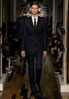 Os presentamos algunos de los diseños en moda nupcial masculina de la colección 2014 de la firma Valentino.