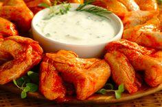 Panierowane skrzydełka z sosem czosnkowym. Składniki:  •skrzydełka z kurczaka  •mąka pszenna i kukurydziana  •papryka słodka  •jajko  •olej  •sól i pieprz  •Sos czosnkowy Tarsmak  Wykonanie: podzielić skrzydełka na 2 części. Oprószyć pieprzem, solą oraz papryką. Obtoczyć w jajku, a następnie w mieszaninie mąki pszennej i kukurydzianej. Ułożyć na blaszce wyłożonej papierem do pieczenia i piec ok. 20 min w 180°C. Przed podaniem usmażyć na głębokim tłuszczu do zarumienienia. Polać sosem.