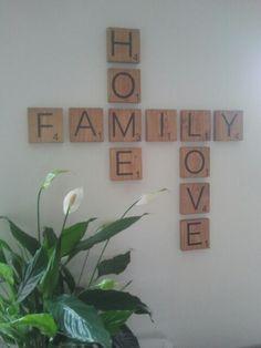 Mooie originele wand decoratie.  Houten scrabble blokjes voor aan de muur: family - home - love Beautiful original wall decoration. Woud scrabble blocks for on the wall: family - home - love