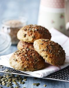 Saftige sandwichboller med græskarkerner og gulerødder (Recipe in Danish)
