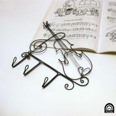 Housličkový, se třemi háčky housle domov kuchyně drát věšák věšáček klíče oděv drátování hudba háček klasika muzika noty pověsit předsíň zpěv housličky drátenictví zpěvník