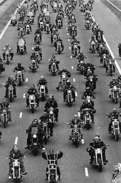C'est un monde d'hommes - Hells Angels mc - Motos Custom Motorcycle Helmets, Chopper Motorcycle, Motorcycle Clubs, Custom Harleys, Motorcycle Style, Moped Bike, Classic Motorcycle, Women Motorcycle, Girl Motorcycle