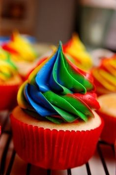 #Rainbow #Frosting #Cupcakes! We love and had to share! Great #CakeDecorating!