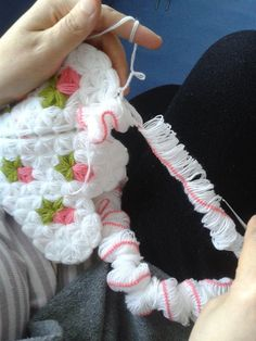 This Pin was discovered by AYŞ Baby Car Seats, Diy And Crafts, Knitting, Children, Crocheting, Crochet Slippers, Towels, Throw Pillows, Craft