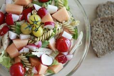 Sommerens hurtigmiddag #2: Pastasalat med melon og kylling | Sunn Holdning Fruit Salad, Cheese, Ethnic Recipes, Food, Fruit Salads, Meals, Yemek, Eten