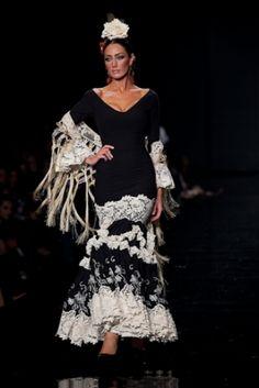 Flamenco Fashion by Pilar Vera. Folk Fashion, Couture Fashion, New Fashion, Fashion Art, High Fashion, Spanish Dancer, Spanish Woman, Spanish Style, Flamenco Dancers