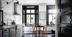 Kaksi kotia - Two Homes   Päivän ensimmäisessä kodissa on käytetty rohkeasti kiiltävää mustaa maalia. Makuuhuoneen pinnat ja värit muodosta...