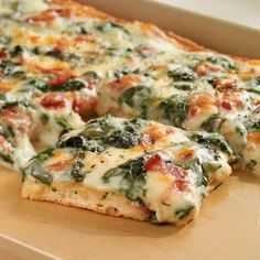 Spinach Carbonara Pizza - The Pampered Chef® Man this is the best! Italian Recipes, New Recipes, Dinner Recipes, Cooking Recipes, Favorite Recipes, Gourmet Pizza Recipes, Pasta With Alfredo Sauce, Pampered Chef Recipes, Gastronomia
