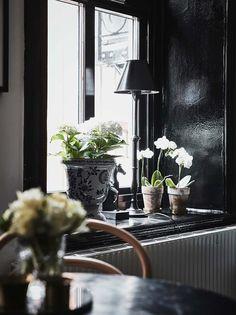 Keltainen talo rannalla: Mustaa, valkoista ja rustiikkia Black Window Trims, Black Windows, Black Doors, Window Sill Decor, Window Ledge, Window Frames, Black And White Interior, Black White, Apartment Chic