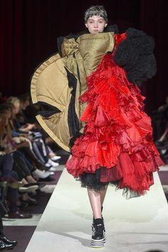 The complete Comme des Garçons Fall 2018 Ready-to-Wear fashion show now on Vogue Runway. Fashion Week, Fashion Art, Runway Fashion, High Fashion, Fashion Outfits, Fashion Design, Fashion Trends, Paris Fashion, Fall Fashion