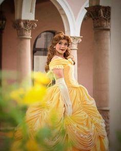 Desculpe, Emma Waston, mas você está demitida. Vamos deixar o Richard Schaefer representar a Bela agora. | Este cara faz cosplays de princesas da Disney melhor do que qualquer pessoa
