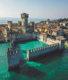 Der wunderschöne italienische Gardasee ist der Inbegriff des Romantikurlaubs! Hier sind 5 gute Gründe dafür, warum du mit deinem Schatz unbedingt am Gardasee urlauben solltest!