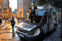 La segunda jornada de movilizaciones contra el derrumbe del edificio se convirtió con el paso de las horas en una de las jornadas más violentas en Barcelona en los últimos meses. Decenas de escaparates y mobiliario urbano acabaron destrozados en los barrios de Sants, Gràcia, Sant Andreu, Poblenou o Poble Sec..