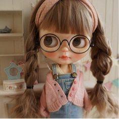 *** Custom Blythe *** braid glasses *** Buy her here: Ooak Dolls, Blythe Dolls, Kawaii Doll, Foto Baby, Little Doll, Custom Dolls, Ball Jointed Dolls, Doll Face, Big Eyes