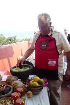 Todos participan en la preparación del menú y gozan comiendo...
