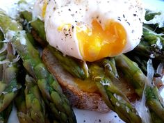 Healthy Eating - Poached Egg & Asparagus - Nature's Sunshine Australia