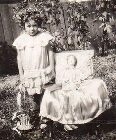 Girl with boudoir doll Vintage Girls, Vintage Children, Vintage Photographs, Vintage Images, Time Pictures, Antique Pictures, Old Dolls, Dollhouse Dolls, Beautiful Children