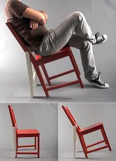 """l'option chaise de base mais chaise intelligente avec cet astucieux système pour se balancer sans se casser la margoulette. C'est joli """"margoulette"""", on ne pense pas assez à l'employ"""