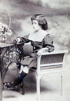 Carmen Conde en 1911, mirando el retrato de su padre.