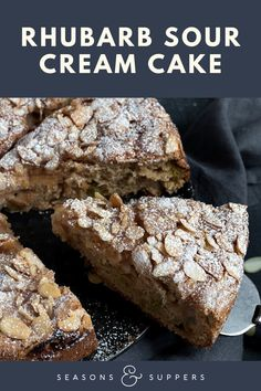 A delicious and moist rhubarb cake, topped with a cinnamon sugar and flaked. You can make this cake with fresh or frozen rhubarb. Rhubarb Dishes, Rhubarb Desserts, Rhubarb Cake, Dessert Cake Recipes, Easy Desserts, Delicious Desserts, Pudding Chomeur Recipe, Cupcakes, Cupcake Cakes