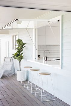 Easy access outdoor home bar Design your kitchen window where it opens up to an outdoor bar, a great DIY idea for your home Kitchen Window Bar, Outdoor Kitchen Bars, Window Bars, Casas Containers, Küchen Design, Home Interior Design, Home Kitchens, Building A House, Design Your Kitchen