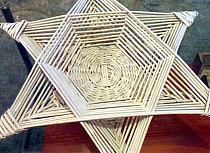 Newspaper Basket, Newspaper Crafts, 3d Paper Crafts, Cardboard Crafts, Diy And Crafts, Paper Weaving, Weaving Art, Papercrete, Weaving Designs