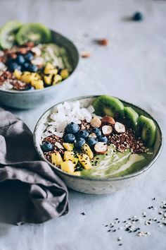 Green Detox Smoothie Bowl #vegan | TheAwesomeGreen.com